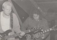 Členové gymnaziální kapely Inventář, vpravo kytarista Modré invence Ant. Joni, pol. 80. let, Dolní Moravice
