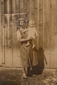 Maličká Bohumila Jindrová s maminkou