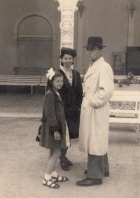 Bohumila Jindrová s maminkou a tatínkem v roce 1946