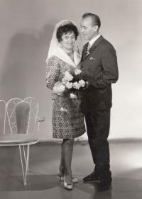 Fotografie ze svatby Bohumily a Miloše Jindrových z roku 1968