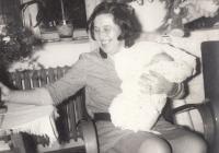 Bohumila Jindrová po narození dcery Markéty o vánocích roku 1969