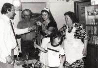 Bohumila Jindrová s rodinou v roce 1987