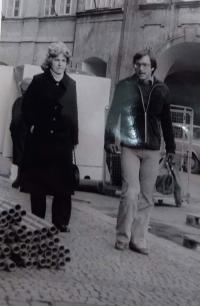 Dana Puchnarová během návštěvy v Praze 1. 4. 1978. Fotografie pořízena Státní bezpečností při jejím sledování.