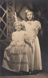 Se sestrou jako družičky, 1942