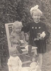 Marie se sestrou, asi rok 1937