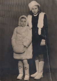 Se sestrou v kožíšku z domácích králíků