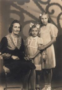 Marie s maminkou a sestrou, 1943
