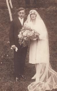 Svatební fotografie rodičů Boh. Bobála (*1908) a Marie, rozené Kubínové (*1911), 1930