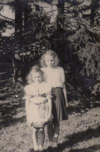 Se sestrou v krojích v době oslav osvobození, 1945