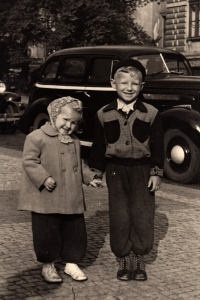Karel Žižka s mladší sestrou / kolem roku 1956