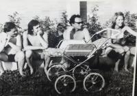na kúpalisku s manželkou a Petrom Hanzelym