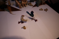 Ukázky hraček, které pamětník vyráběl pro svou dceru ve vězení z obalů na zubní pastu.