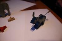 Ukázky hraček vyrobených ve vězení z obalů na zubní pastu.