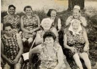pamätníčka Paulína Dubeňová na prácach na poli (vľavo dole)
