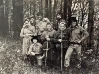 pamätníčka Paulína Dubeňová na prácach v lese (prvá zľava)