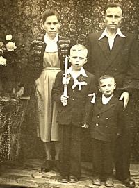 pamätníčka Paulína Dubeňová s manželom Jozefom a dvomi synmi