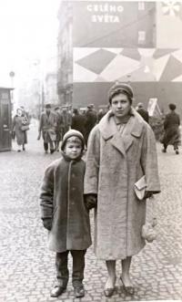 Miroslav Šik s matkou Lilly, asi v roce 1960