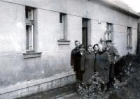 Rodiče Karla Kuchynky (vpravo), v klobouku V. Gregor