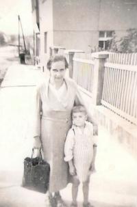 S maminkou v Kozolupech, 40. léta