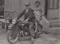 Otec s matkou a malým Jiřím na motorce, o kterou po návratu do Československa roku 1947 přišel, asi 1942