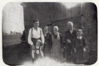Lipová (Lindenhau) u Chebu, s matkou, otcem a jeho rodiči, asi 1943
