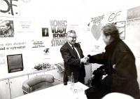 Ota Šik, otec pamětníka, si potřásá rukou s Václavem Havlem při setkání Občanského fóra