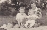 Václav Tuček se svým malým bratrem Zdeňkem a matkou v období, kdy byl jejich otec Zdeněk vězněn
