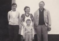 Pravděpodobně první fotografie rodiny Tučkových po otcově návratu z vězení (zleva Václav, vedle matka se synem Zdeňkem a vpravo otec)