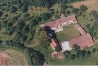 Letecký pohled na dnes už bývalé hospodářství Tučkových v Bučovicích, které po roce 2010 prodali