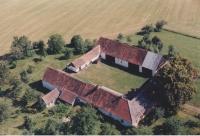 Letecký snímek na dnes už bývalé hospodářství Tučkových, které po roce 2010 prodali