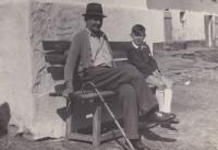 Na lavičce hospodářství v Bučovicích Václav Tuček se svým dědou