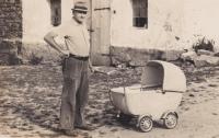 Dědeček Václav Tuček s vnukem Zdeňkem, který se narodil dva měsíce po otcově zatčení, v lednu 1956