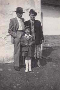 Děda a babička se svým vnukem Václavem Tučkem