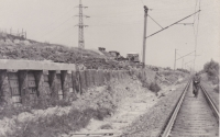 Zpevňovací práce svahu u železniční tratě mezi Prahou a Českou Třebovou, na kterých svého času Zdeněk Tuček pracoval
