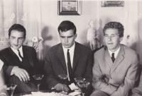 Uprostřed Roman Fürst se svými mladšími bratry Kamilem a Michalem