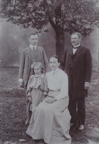 Zleva dědeček Václav a jeho sestra Věra, prababička Božena a praděda Josef