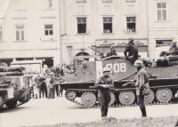 Fotografie Romana Fürsta ze srpna 1968. Až na 2 fotografie byly Romanovi Fürstovi při domovní prohlídce jihlavskou StB veškeré fotografie, včetně snímků z roku 1968, zabaveny.