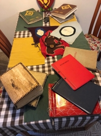 Ukázka skautských kronik a vlajek