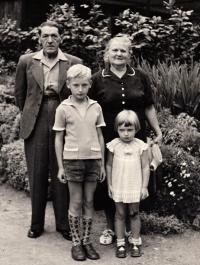 S bratrem a prarodiči, cca 1959