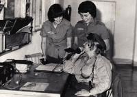 Se spolužačkami z vojenské školy pro pomocníky řídících létání v Praze, cca 1975
