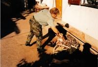 Iva Valdmanová ohledává mrtvého, mise v Bosně; Knin, 1995