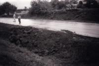 Iva Valdmanová u objeveného hromadného hrobu, Bosna 1995