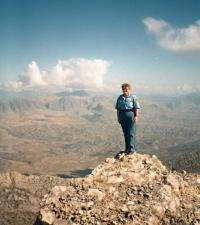 Iva Valdmanová na místě zbořeného paláce v Kurdistánu, 1996 nebo 1997