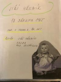 Foto z rodinné kroniky. Všechny děti mají první fotografii v dívčích šatičkách