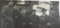 Emil Doboš v civile s príslušníkmi PTP, pravdepodobne prvý zľava