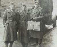 Emil Doboš (s kufríkom v ruke) v službe PTP pred vojenským vozidlom