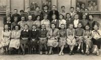 Spolužáci z osmiletky, uprostřed Marie Šmerdová, nejoblíbenější učitelka (o jedno místo vpravo v bílé vyšívané halence), kolem roku 1956