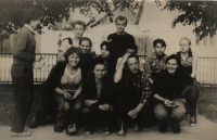 Gymnázium školní výlet, Janí Vozárová je na fotografii první zprava dole
