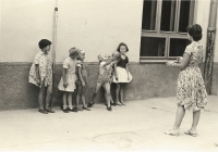 Jana Vozárová - školní praxe při studiích ve Zlíně, 1962, v takzvaném žňovém útulku