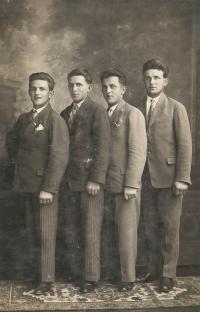 Bratři Šestákovi zleva: Antonín (řezník), Josef (major francouzské armády), Jan (řidič tramvaje v Brně), František (sedlák, zámečník a tatínek paní Vozárové)